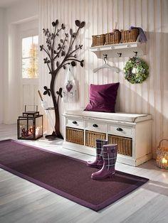 Alles gut verstaut im Flur. Baum-Gaderobe, Hutablage und praktischer Kombination aus Bank und Regal >> Amazing for a Mud Room! :)