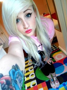 Tessa Goad platinum blonde emo hair with blue tips. Wish I could pull off this colour! Indie Scene, Emo Scene, Blue Tips Hair, Wicked Clothing, Scene Haircuts, Scene Kids, Alternative Girls, Alternative Fashion, Emo Hair