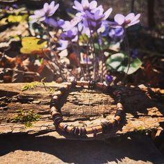 Elpída weckt die ersten Frühlingsgefühle ☀️🌸natürlich wieder mit schöner Kulisse 🦋 #bracelet #recycling #spring #flowers #blumen #nature #noplastic #savetheplanet Recycling, Texture, Wood, Crafts, Flowers, Nice Asses, Surface Finish, Manualidades, Woodwind Instrument