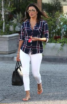 Celebrity Style Looks for the End of Summer We love this effortless look on Eva Longoria. Her cropped white jeans and lightweight plaid shirt are perfect for late summer. Plaid Shirt Outfits, Outfit Jeans, Plaid Shirts, Flannels, Look Fashion, Fashion Outfits, Womens Fashion, Fashion Trends, Eva Longoria Style
