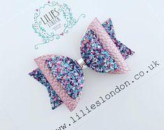 Pink and blue hair bow Cream Hair Bows, Blue Hair Bows, Diy Hair Bows, Diy Bow, Bow Hair Clips, Felt Hair Accessories, Handmade Hair Bows, Bow Earrings, Glitter Hair