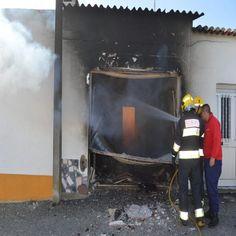 Um incêndio que deflagrou na tarde desta segunda-feira, numa garagem de uma habitação, na localidade de Baleizão, concelho de Beja, provocou a destruição total da mesma e danos avultados nas duas casas contiguas do mesmo proprietário. #baleizão #beja #bombeiros