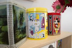 Tin cans are colourful details at home. / Peltipurkit tuovat väriä ja tunnelmaa valkoiseen sisustukseen. www.valaistusblogi.fi Vintage Decor, Vintage Fashion, Mugs, Lighting, Antiques, Tableware, Blog, Home Decor, Modern