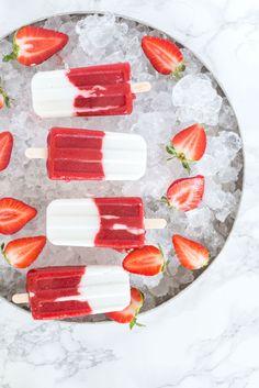 Da die Temperaturen diese Woche die 30°C-Marke überschreiten werden, gibt es heute in weiser Vorraussicht ein Rezept für gesunde Erdbeer-Kokos-Popsicles, das euch in den nächsten Tagen einen kühlen Kopf bewahren lässt. Das Rezept ist eines meiner Lieblinge vom letzten Sommer, denn es kombiniert zwei meiner Lieblingszutaten: frische, regionale Erdbeeren und Kokosmilch. Eisgekühltschmecken diese gesunden Erdbeer-Kokos-Popsicles...Read More »