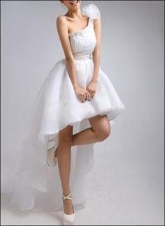 Brautkleid mit asymmetrischem Schnitt