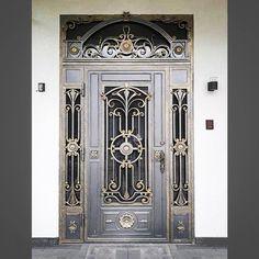 No photo description available. House Interior Design Styles, Grill Door Design, Escalier Design, Door Design Wood, Metal Door, Front Door, Iron Decor, Traditional Front Doors, Main Gate Design