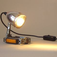 Reuse Old Bicycle Parts To Make Unique Lamps Old Bicycle, Bicycle Art, Industrial Lighting, Cool Lighting, Industrial Table, Outdoor Lighting, Lampe Steampunk, Recycled Bike Parts, Desk Lamp
