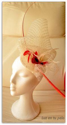 Tocado en tonos blancos y rojos con crin de rombos, tul, raqui y mariposa roja #tocados