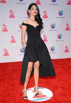 Otra famosa que vistió de negro fue Natalia Jiménez, quien lució este vestido corto y largo en la parte de atrás, una de las nuevas tendencias.