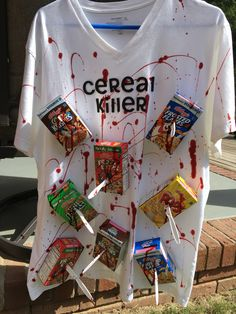 Last Minute Costumes for Halloween : DIY Cereal Killer Halloween Costume Diy Halloween Outfit, Cereal Killer Halloween Costume, Disfarces Halloween, Super Easy Halloween Costumes, Halloween Couples, Zombie Costumes, Original Halloween Costumes, Cheap Costume Ideas, Family Halloween