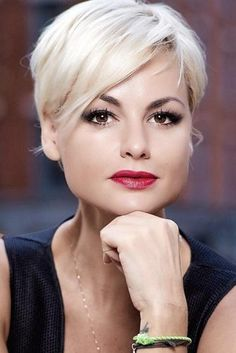 Pixie Hairstyles With Long Bang For Thin Hair Blonde Color Trending Hairstyles, Pixie Hairstyles, Pixie Haircut, Blonde Hairstyles, Easy Hairstyles, Short Platinum Blonde Hair, Short Blonde, Medium Hair Styles, Natural Hair Styles