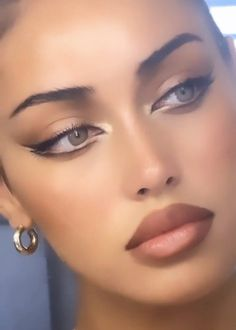 Smoky Eyeliner, Simple Eyeliner, Eyeliner Looks, Makeup Eye Looks, Simple Eye Makeup, No Eyeliner Makeup, 70s Makeup, Retro Makeup, Girls Makeup