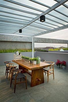 Image 10 of 28 from gallery of S+I House / DP+HS Architects. Photograph by Mario Wibowo Backyard Pool Designs, Patio Design, House Design, Outdoor Dining, Outdoor Tables, Outdoor Decor, Architect Design, Dining Furniture, Dining Rooms