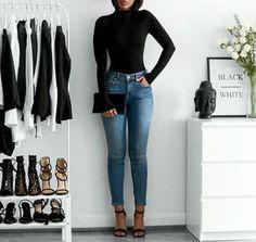 10 Produções certeiras para usar com jeans de cintura alta. Blusa de manga com gola alta, calça skinny jeans, sandália de duas tiras