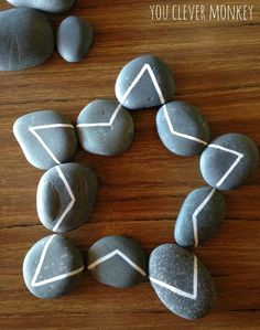 Exploring lines: using hand drawn lines on rocks for play. Challenging pre-writers to distinguish between straight and curved lines to help build their understanding of shape and help establish correct letter and number formation later. Reggio Emilia, Montessori Activities, Preschool Activities, Shape Activities, Number Formation, Teaching Handwriting, Reggio Classroom, Rock Crafts, Early Childhood Education