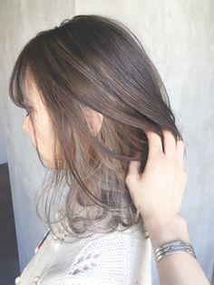 ベージュインナーカラー_グレージュエアリーショート_ba72753/ALBUM HARAJUKU_S【アルバム ハラジュク エス】をご紹介。2018年春夏の最新ヘアスタイルを300万点以上掲載!ミディアム、ショート、ボブなど豊富な条件でヘアスタイル・髪型・アレンジをチェック。 Medium Straight Haircut, Medium Hair Cuts, Medium Hair Styles, Short Hair Styles, Grey Hair Korean, Korean Hair Color, Japanese Hair Color, Hair Inspo, Hair Inspiration