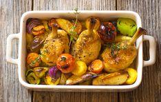 Suroviny na pečené kura so zeleninou:cca 2 kg kurča (rozrezané na 8 kusov), 1 veľká cibuľa, 8 strúčikov cesnaku, 3 mrkvy, 1 pór, 12 malých nových