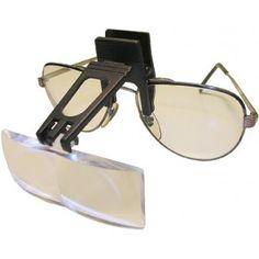 La lente unica rettangolare si applica a qualsiasi tipo di occhiale. La struttura sporgente consente di ottenere un'ottima distanza di lavoro. Il supporto ruota per posizionarlo all'inclinazione desiderata. La lente è in resina.
