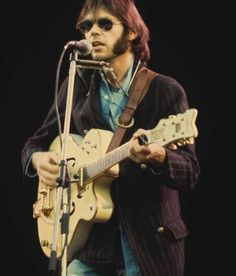 Neil Young playing Wembley Stadium, London in 1974 - Gretsch White Falcon Neil Young, Music Pics, Old Music, Hard Rock, Rock And Roll, Crosby Stills & Nash, Stephen Stills, Grunge, Jazz
