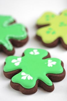 Shamrock St. Patrick's Day Decorated Cookies, Chocolate covered cookies, St. Patrick's Day desserts ,St. Patrick's Day food ideas  #cookie #DIY #idea www.loveitsomuch.com