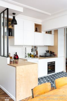 Un appartement parisien rénové pour un couple - PLANETE DECO a homes world Kitchen Decor, Interior Design Kitchen, Contemporary Kitchen Design, Contemporary Kitchen, Diy Kitchen Renovation, Home Kitchens, Diy Kitchen, Kitchen Renovation, Small Kitchen Decor