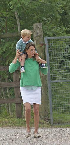 Le prince George c'est rendu le mercredi 24 juin 2015 au zoo avec sa grand-mère Carole Middleton, qui ayant emménager chez Kate et William, profite du bon temps avec son petit-fils ! D'ailleurs, on a pu constater que le petit prince n'a pas arrêté de bouger sur les épaules de sa mamie !