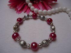 Perlenarmband mit pinken Perlen, kleinen Silberperlen und Metallperlen