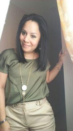 Blusa verde esmeralda y pantalon beige ESFERA, accesorios UNIQUE.