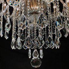 Foto de detalhe do Lustre Capadócia, com cristais egípcios legítimos ASFOUR. Os conectores entre os cristais são banhados a Ouro 24K. #asfour #lustres #iluminação #arquiteturainteriores #ouro #designdeinterior #decoração #lightingdesign #beautyfull
