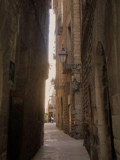 La casa más antigua de Barcelona  En el número seis de la calle Sant Domènec del Call encontramos la casa más antigua de Barcelona, ya habitada en el siglo XII. Mucho han visto sus paredes, hoy inclinadas por el terremoto de 1428, incluso su uso como prostíbulo durante la postguerra.