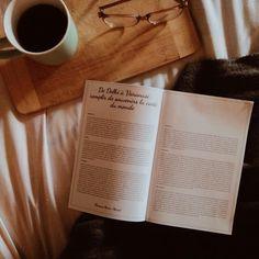 Depuis janvier dernier, le cahier accompagnateur de nos coffrets littéraires est amélioré. Il contient maintenant un total de 16 pages, ce qui nous permet de vous offrir dorénavant une entrevue avec l'artisan du produit local sélectionné au sujet d'entrepreneuriat et de processus créatif. Il s'agit d'une valeur très chère au Fil Rouge de vous faire découvrir des artisans locaux et ce petit ajout nous permet d'encore plus le souligner l'importance d'acheter local. Une fileuse a aussi toujours… Artisans, Instagram, Tableware, Do Good, Personal Attendant, Entrepreneurship, Box Sets, Dinnerware, Dishes