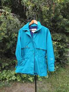 This Far West (est. 1977) shell jacket is a real gem. It is in excellent condition and looks to have rarely been worn if ever. Its a shell so thats great as a windbreaker or as a layer in the winter, and features a perfect vintage color pattern and Gore Tex, which means it is waterproof and can stand up to anything! Very cool and a perfect fit for Fleece n Stuff. Itll also be a perfect fot for someone and a great addition to any wardrobe!  Thanks for visiting www.etsy.com/shop/fleec...