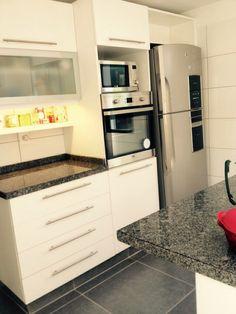 grupo3.cocina t. Todo en blanco. Torre para micro y horno.