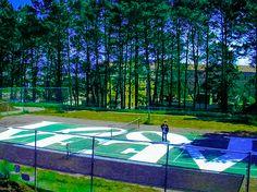 LOVE. Erik Seidenglanz e Dain Johnson. Versão pintada em uma quadra de tênis atrás do Hospital do Serviço de Saúde Pública abandonado, em São Francisco, CA, USA, da escultura LOVE de 1976 de Robert Clark (Indiana)  (New Castle, IN, USA, 13/09/1928 - ).  Fotografia: Erik Seidenglanz.