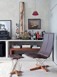O pendente Campari, de Ingo Maurer, feito com garrafas, cria o clima perfeito para o bar do paisagista Gil Fialho. O canto fica na mesma bancada da TV, mas tem clima diferente, mais masculino