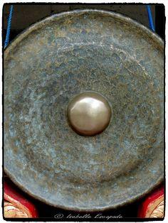 BALI... ces gongs qui appellent aux cérémonies...  Site - http://indonesie.eklablog.com Page Facebook - https://www.facebook.com/pages/Indon%C3%A9sie-par-Isabelle-Escapade/269389553212236?ref=hl