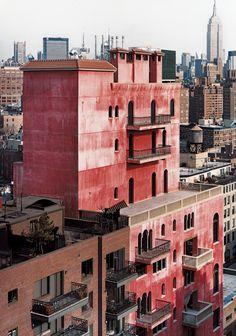 Le Palazzo Chupi a Greenwich Village Le palazzo est construit au sommet d'une usine désaffectée du début du XXe siècle, dans Greenwich Village. Ses façades de stuc rouge pompéien sont percées de 180 fenêtres et ornées de balcons aux balustrades en bronze ou en pierre. © Robert Polidori