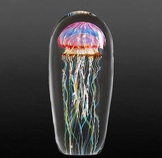 Als würde man einen Blick unter Wasser werfen, so wirken die überaus realistischen Skulpturen von Rick Satava.Der bekannte kalifornische Glasdesigner schafft es dank seiner absolut präzisen Ausarbeitung der Muster und Bewegungen, ein faszinierendes Abbild