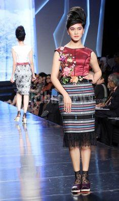 Desainer Musa Widyatmodjo ikut meramaikan ajang Jakarta Fashion and Food Festival yang mengusung flobamora indone(she)aku di Ballroom hotel… #67721