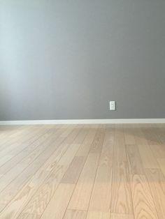 第2回内覧会は子供部屋を紹介します。 子供部屋は本当に何もありません笑 これから施主支給の黒いペンダントライトを設置する予定なので照明すらありません。 Hardwood Floors, Flooring, Wall Crosses, My Room, Decoration, Laundry Room, Tile Floor, Kids Room, House Design