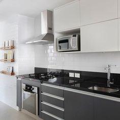 A combinação clássica preto  branco ganhou elementos que destacaram a cozinha como revestimento inspirado nos azulejo de metrô e nichos de madeira para apoio de livros e revistas.  #kitchen #decor #cozinha