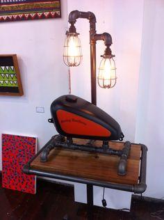 My Harley lamp and table Motos Vintage, Recycled Metal Art, Harley Davidson Art, Metal Art Projects, Honda Cb750, Vintage Industrial Furniture, Steampunk Lamp, Motorcycle Art, Pipe Furniture