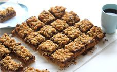 Nutella crumble slice Ingredients:  3 cups plain flour  3 cups rolled oats  2 1/4 cups brown sugar  1 1/2 tsp baking powder  1/2 tsp salt  375g (1 1/2 cups) butter, melted  600g Nutella or hazelnut spread