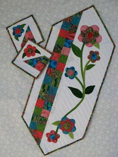 Name: 'Quilting : Spring Table Runner & Bonus Mug Rugs Small Quilt Projects, Quilting Projects, Quilting Designs, Table Runner And Placemats, Quilted Table Runners, Small Quilts, Mini Quilts, Lap Quilts, Mug Rug Patterns