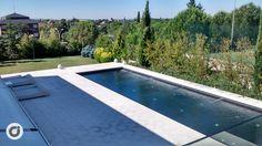 La piscina exterior queda rodeada por vegetación consiguiendo un ambiente íntimo.