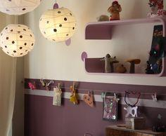 Chambre enfant, mur bicolore, avec reprise couleur du bas sur les étagères et les lampes