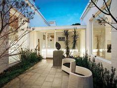 The 'Milne House' By Robin Boyd, Melbourne, Australia Modern Courtyard, Internal Courtyard, Courtyard Ideas, Outdoor Rooms, Outdoor Living, Outdoor Ideas, Grand Designs Australia, Brighton Houses, Casa Patio