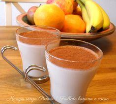 Un frullato banana e cacao cremoso e dolce per soddisfare i palati golosi: preparato freddo d'estate disseta e nutre allo stesso tempo