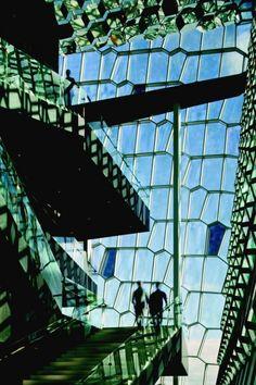 Milano rende omaggio ai professionisti che stanno segnando il presente e  costruiranno il futuro dell'architettura in Europa con una mostra ad  hoc: fino al primo settembre la Triennale ospita i progetti finalisti  del Premio Mies van der Rohe 2013, nato da un'iniziativa congiunta della  Commissione