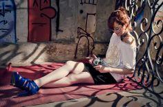 Blusinha em Vyscolycra - Branca com aplicação de tigre,  Saia de gorgurão com detalhe de fivela dourada - Preta, marrom e azul marinho